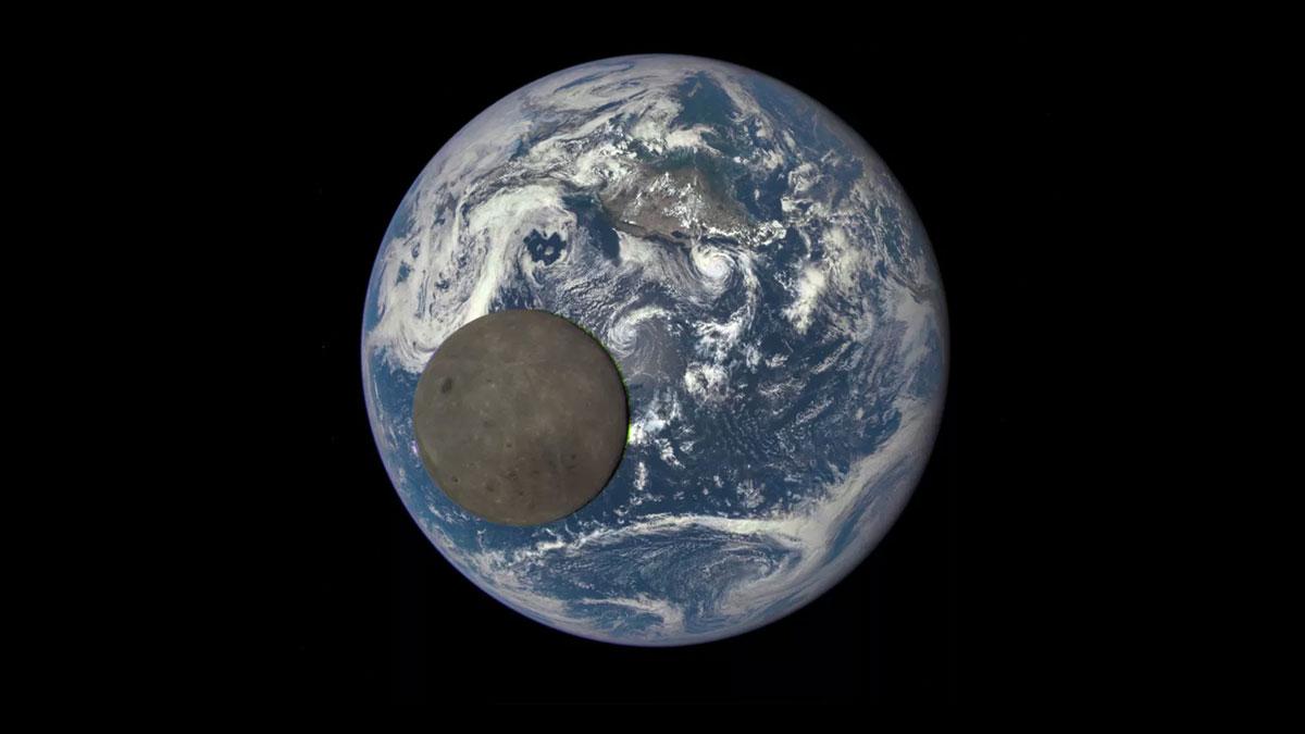 تایم لپس ماهواره DSCOVR از گذر ماه از مقابل چهره زمین