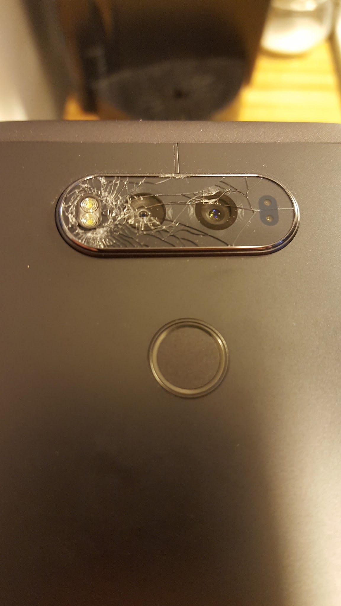 lg-v20-camera-glass-cracking-for-some-users-1