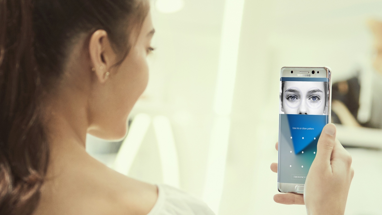 samsung-galaxy-note-7-lifestyle-iris-scanner