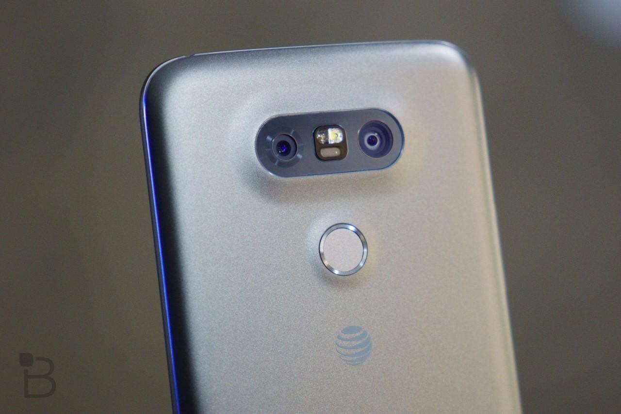 تلفن هوشمند G6 ال جی در بخش عقب از بدنه شیشه ای برخوردار است