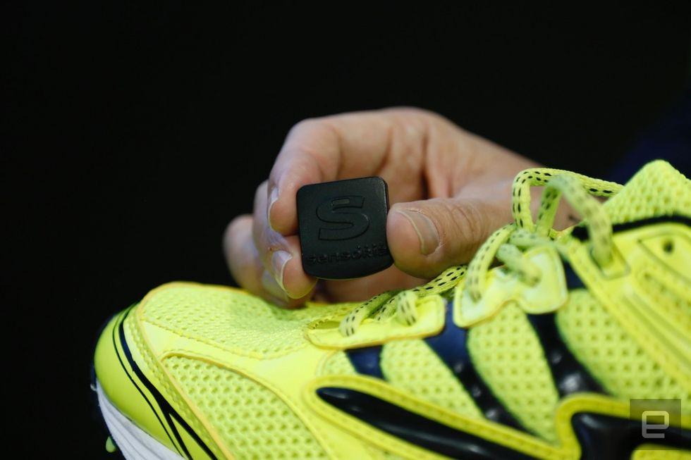 ساخت نوعی کفش ورزشی هوشمند که راه رفتن صحیح را آموزش میدهد