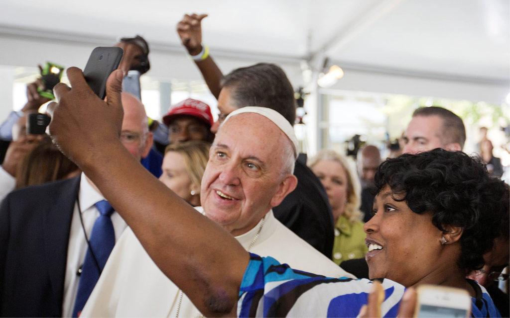 """پاسخ رهبر کاتولیکهای جهان به پرسش """"میشود با کتاب مقدس مثل گوشی موبایل رفتار کرد؟"""""""