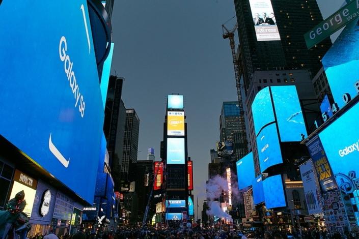 در زمان رونمایی از گلکسی اس ۸ چه اتفاقی در میدان نیویورک تایمز افتاد؟