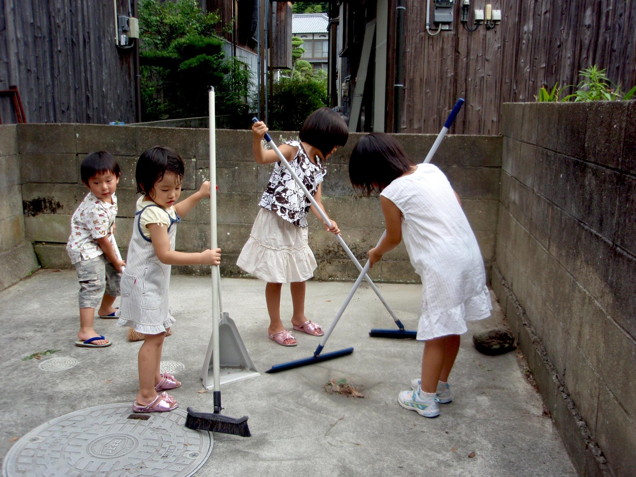 تمیز کردن مدارس ژاپنی بدست محصلان