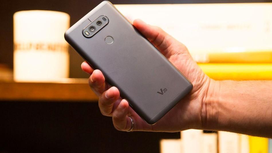 تصاویر منتشر شده از قاب محافظ LG V30، قسمت پشتی این دستگاه را به طور کامل به نمایش میگذارد