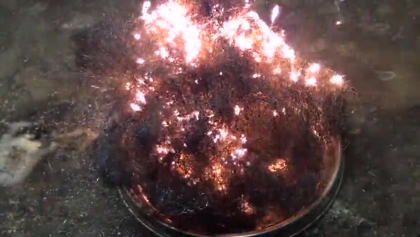 تماشا کنید: آزمایش کوه آتشفشان (تجزیه آمونیوم دی کرومات) این بار با طعم آیفون!
