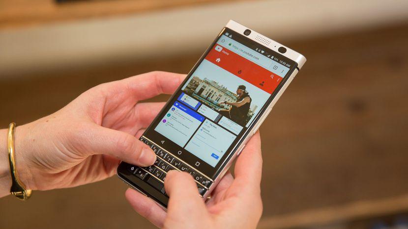 تماشا کنید: بلکبری مشکل صفحه نمایش گوشی Keyone را حل کرد