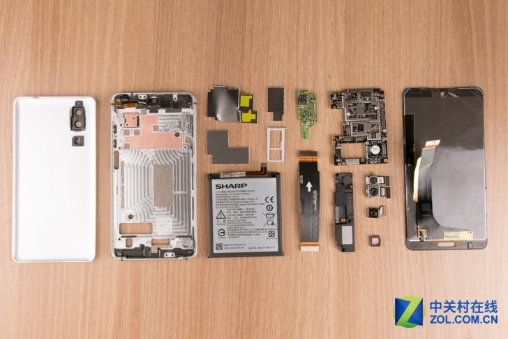 جداسازی قطعات شارپ Aquos S2، یک گوشی هوشمند بدون حاشیه که اجزای آن به خوبی کنار هم قرار گرفته را نشان میدهد