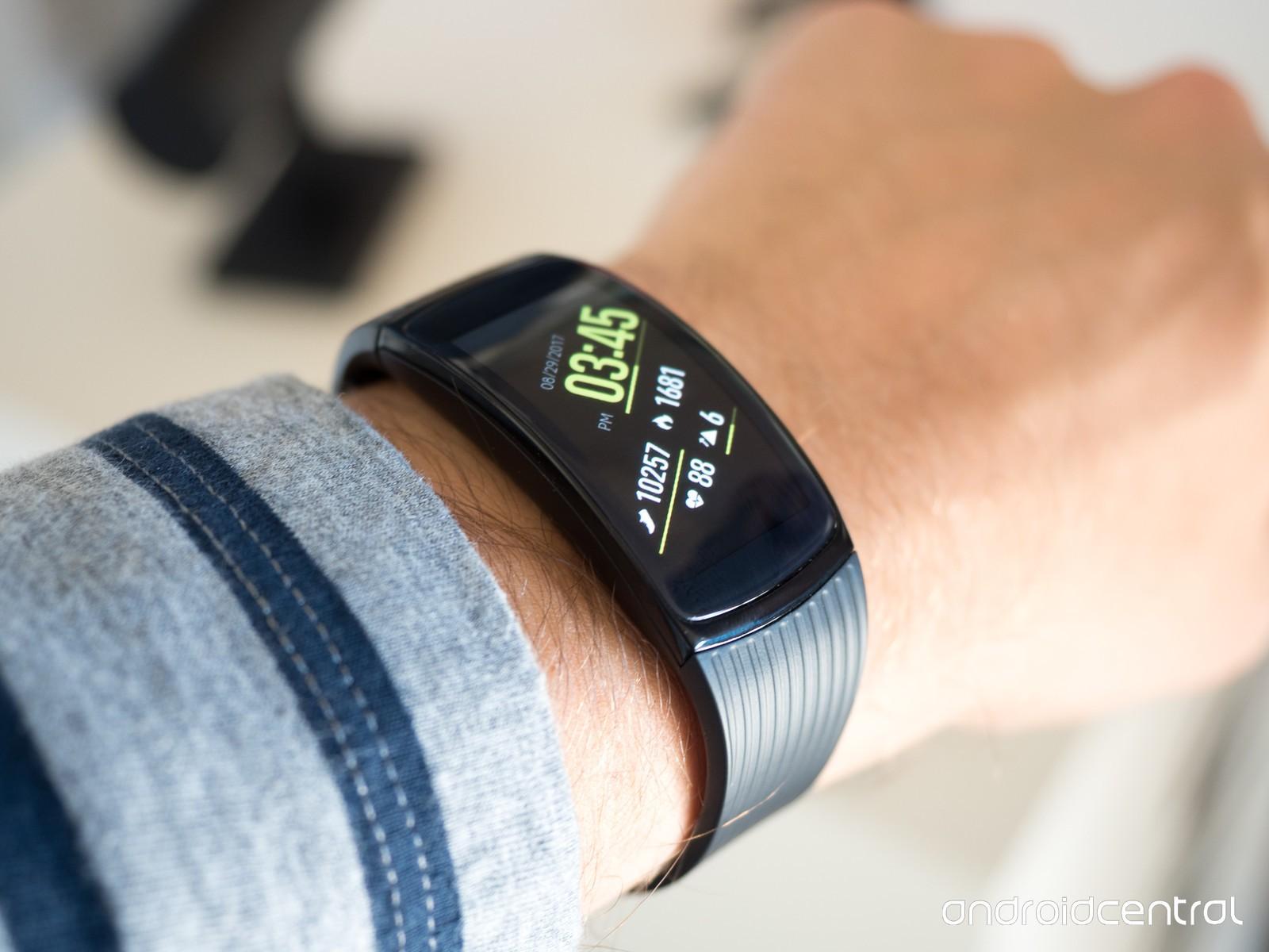 نگاه نزدیک به سامسونگ Gear Fit 2 Pro؛ بهبودهایی ساده در جهت تکامل یکی از برترین دستبندهای سلامتی!
