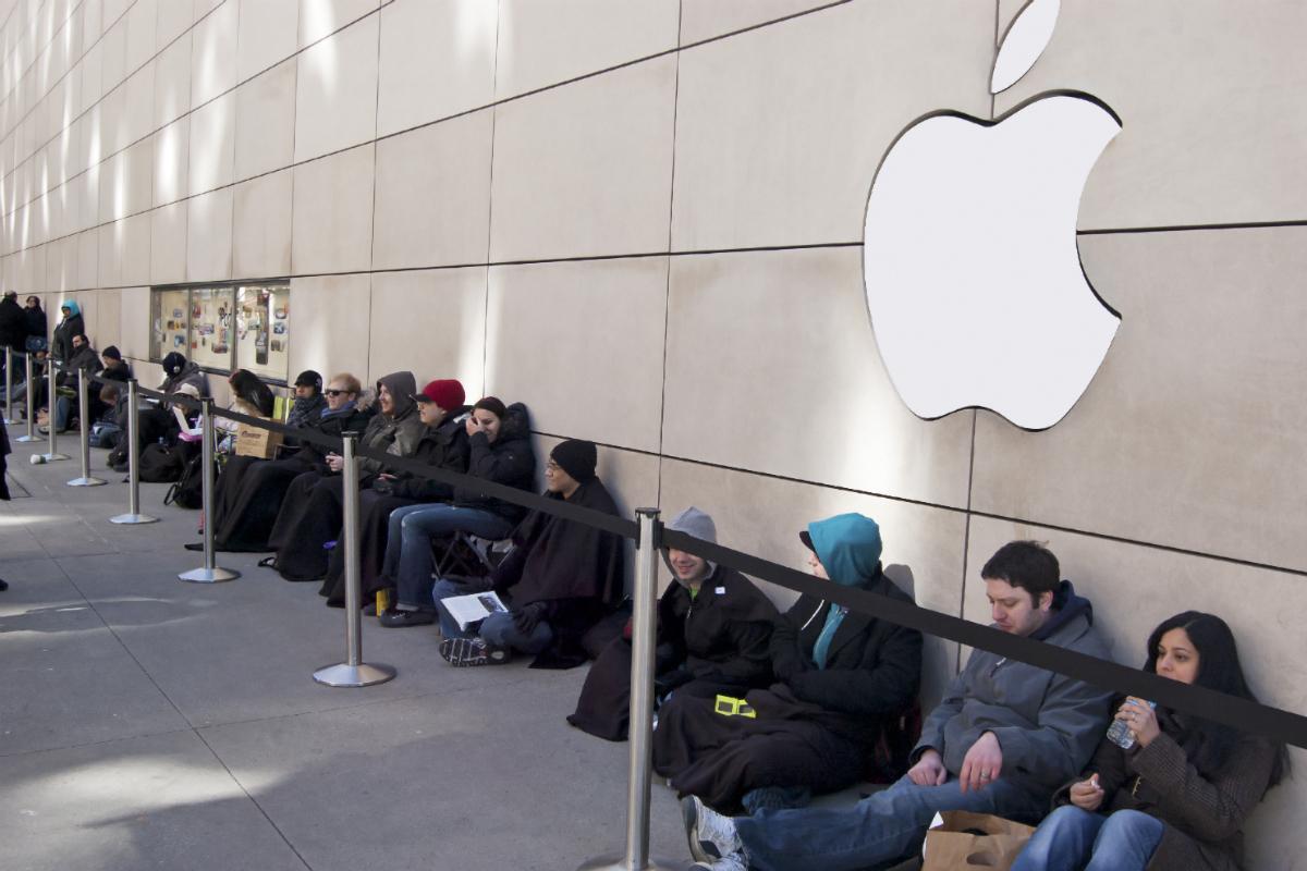 آیفون 2017: در حال حاضر پیش از معرفی رسمی، کاربران برای خرید آیفونهای جدید در مقابل فروشگاه اپل در شهر سیدنی صف گرفتهاند