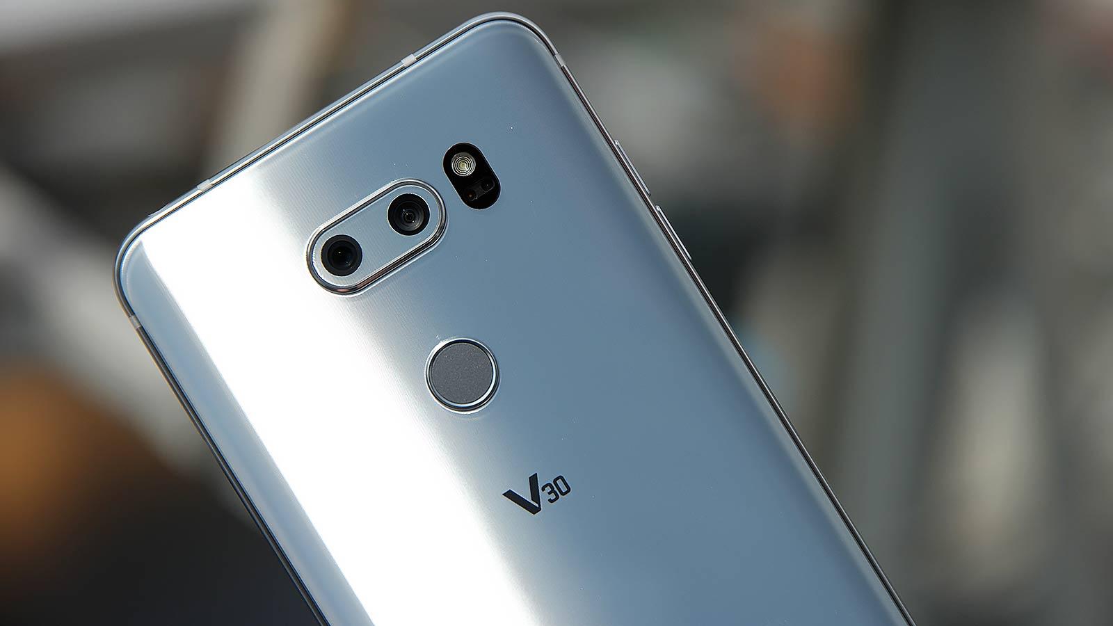 سنسور تجهیز شده به لنز واید الجی V30 نسبت به نسل پیشین کشیدگی کمتری در اطراف عکس ثبت شده دارد