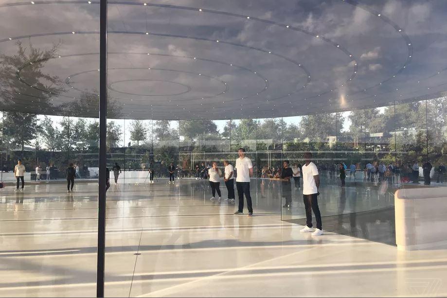 کارمندان پردیس اپل پارک (Apple Park Campus) مرتبا با درب و دیوارهای شیشه ای ساختمان برخورد می کنند!