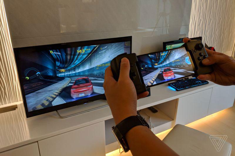 Asus ROG Phone 17 - گوشی مخصوص بازی ایسوس راگ (ROG Phone) با نمایشگر 90 هرتز، اسنپدراگون 845 به فرکانس 2.9 گیگاهرتز و داک های مخصوص معرفی شد