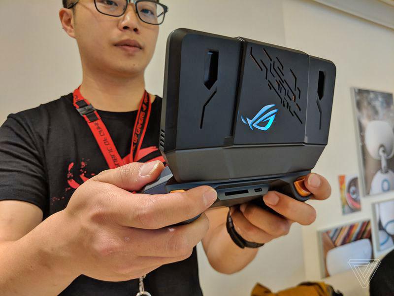 Asus ROG Phone - گوشی مخصوص بازی ایسوس راگ (ROG Phone) با نمایشگر 90 هرتز، اسنپدراگون 845 به فرکانس 2.9 گیگاهرتز و داک های مخصوص معرفی شد