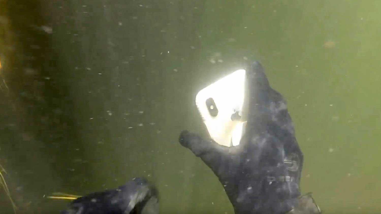 آیفون X زیر آب