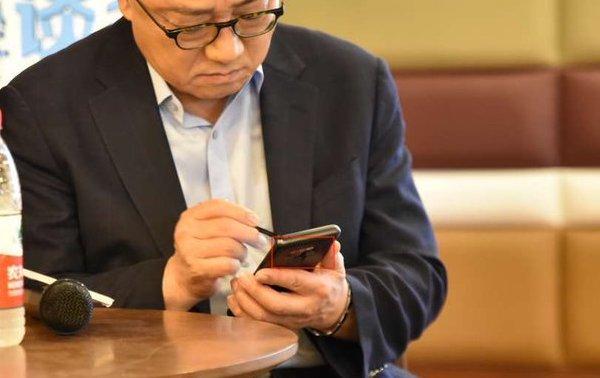 گلکسی نوت 9 قهوه ای در دست مدیر عامل سامسونگ دیده شد