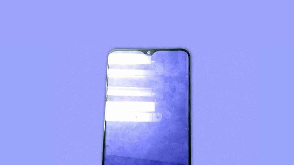 گلس گلکسی ام ۲۰ (Galaxy M20) بریدگی نمایشگر قطره طور آن را نشان می دهد