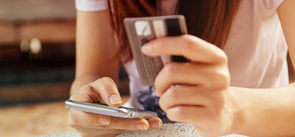 کارت بانکی کنار موبایل
