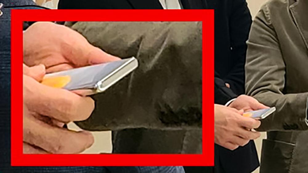 موبایل ناشناخته سامسونگ در دست مدیر این شرکت دیده شد