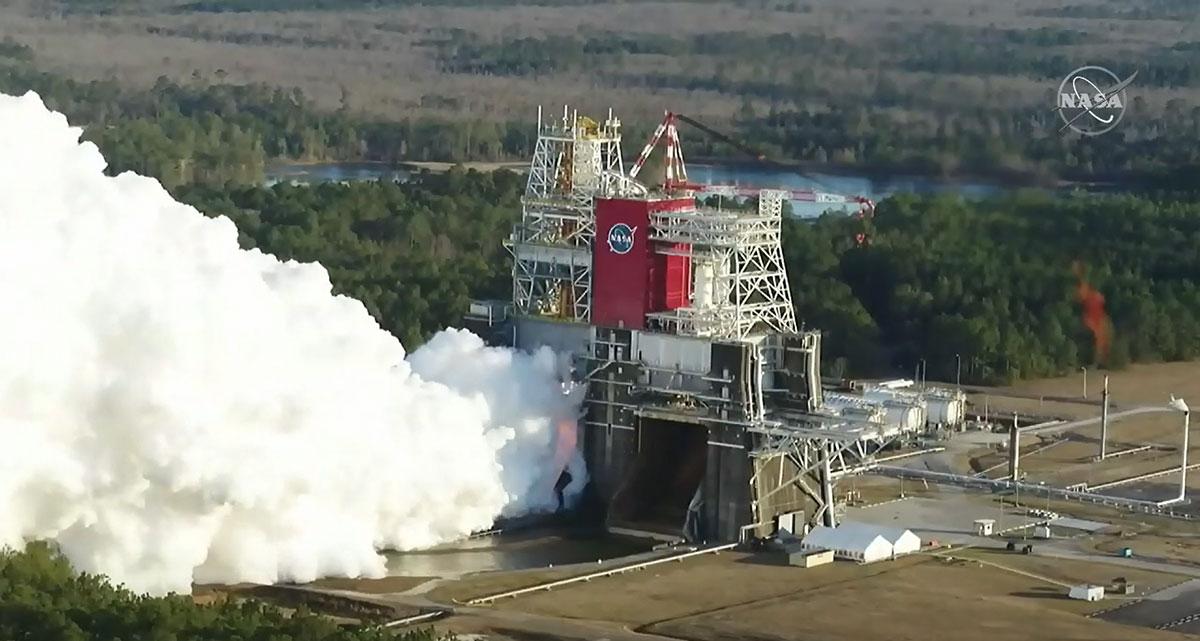 مرحله اصلی برای اولین پرواز موشک سیستم پرتاب فضایی ناسا در ایستگاه آزمایش B-2 هنگام آزمایش در تاریخ 16 ژانویه 2021 ، در مرکز فضایی استنیس ناسا در نزدیکی خلیج سنت لوئیس ، می سی سی پی مشاهده می شود.