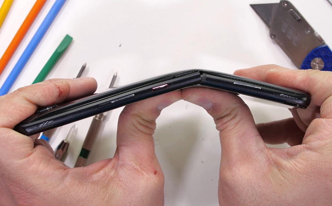 تست خم شدن گوشی گیمینگ ایسوس ROG Phone 5 را ببینید
