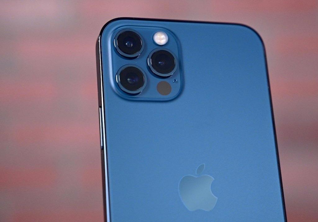گوشی آیفون 12 به سه دوربین مجهز است.