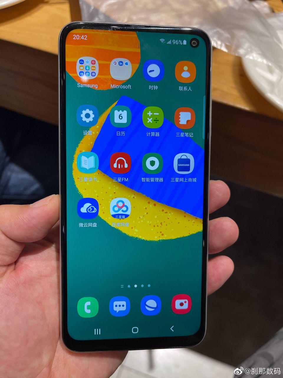 تصویری از نمایشگر Galaxy F52 5G